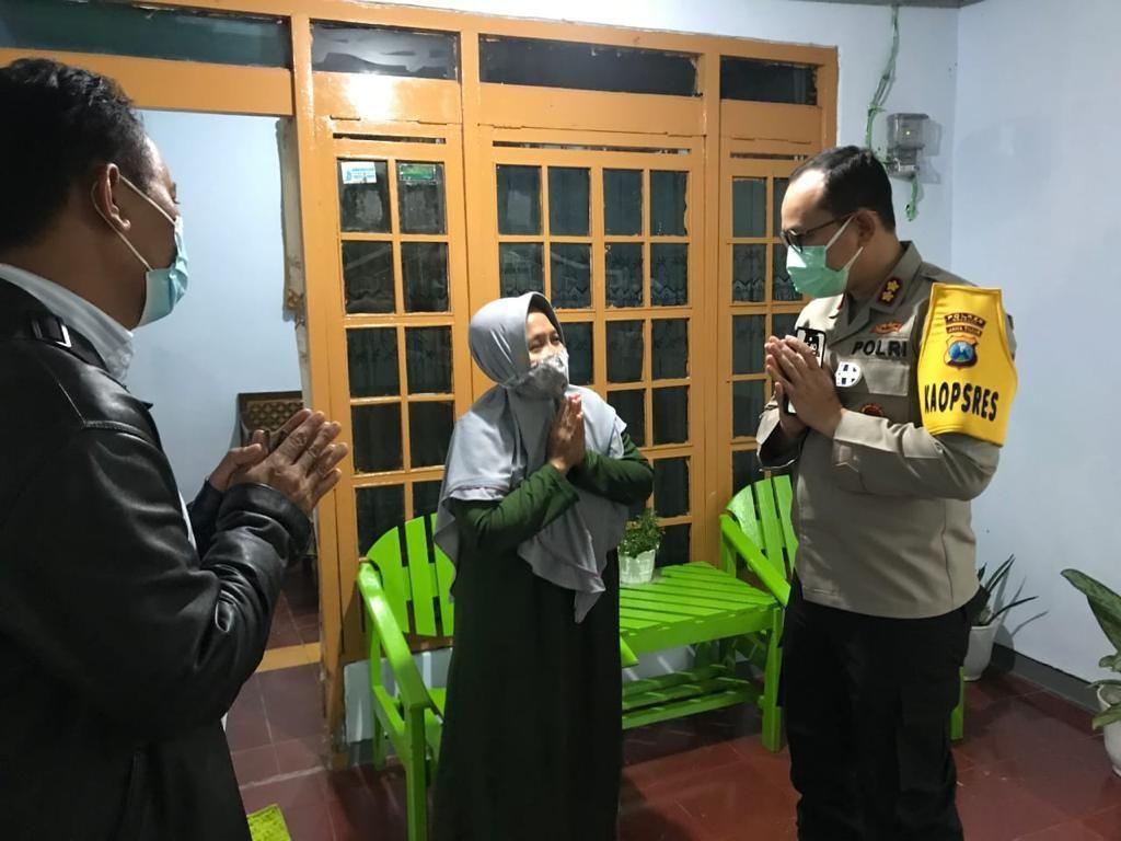 Polisi Nganjuk Kunjungi Warga Positif Rapid Antigen yang Dikucilkan Tetangga
