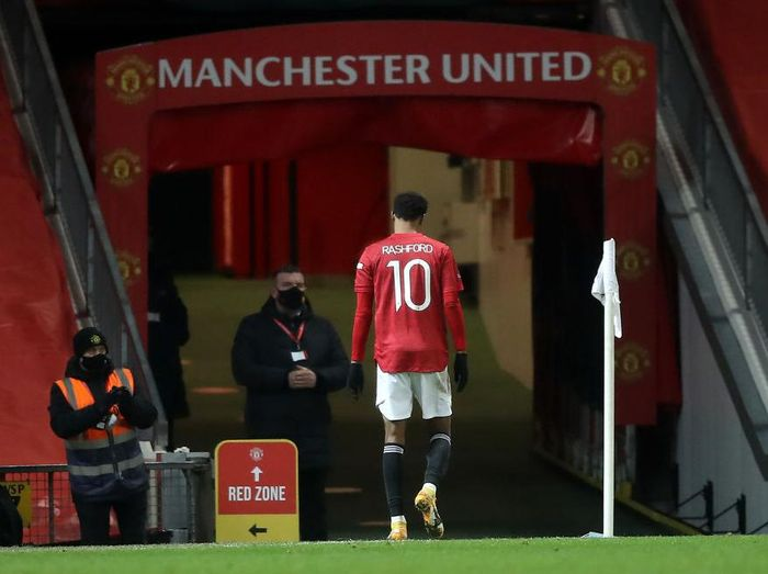 MANCHESTER, ENGLAND - JANUARY 24: Marcus Rashford of Manchester United leaves the field after appearing to pick up an injury during The Emirates FA Cup Fourth Round match between Manchester United and Liverpool at Old Trafford on January 24, 2021 in Manchester, England. Sporting stadiums around the UK remain under strict restrictions due to the Coronavirus Pandemic as Government social distancing laws prohibit fans inside venues resulting in games being played behind closed doors. (Photo by Martin Rickett - Pool/Getty Images)