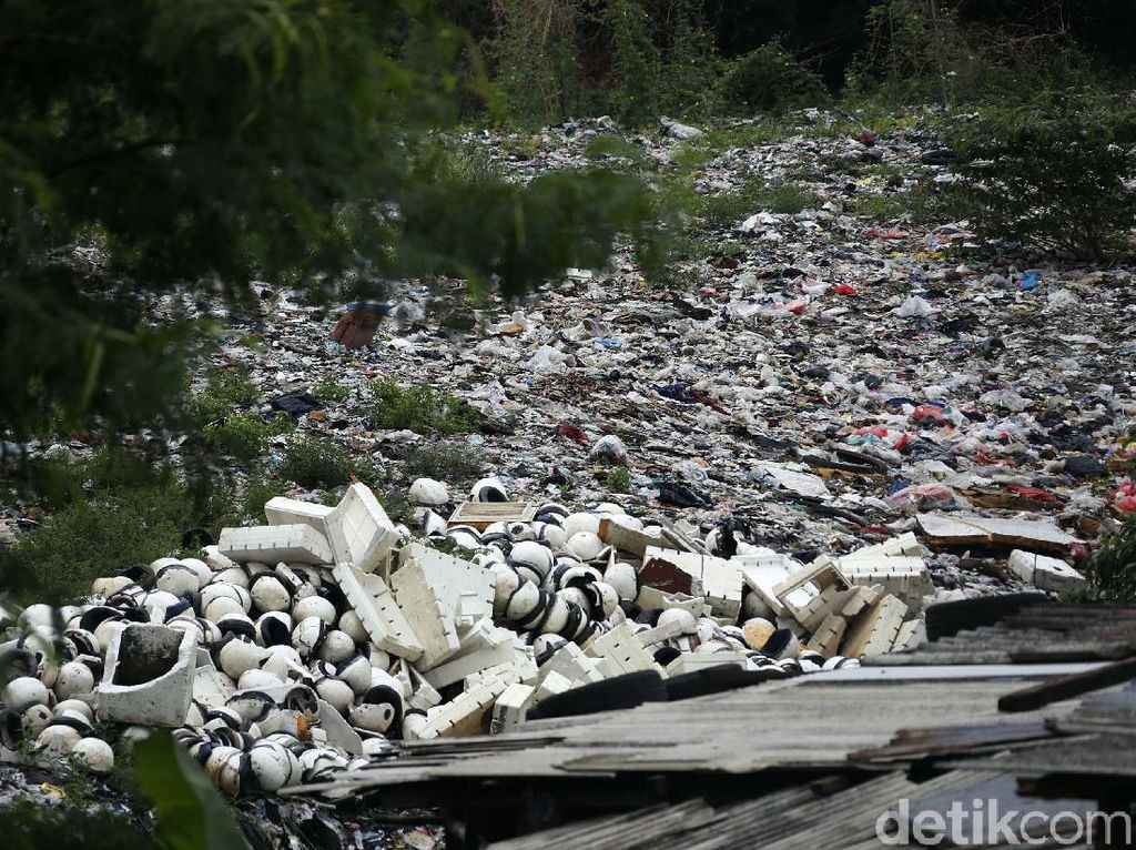 Pemkot Bekasi Targetkan Angkut Sampah Selapangan Bola Selesai Sebulan