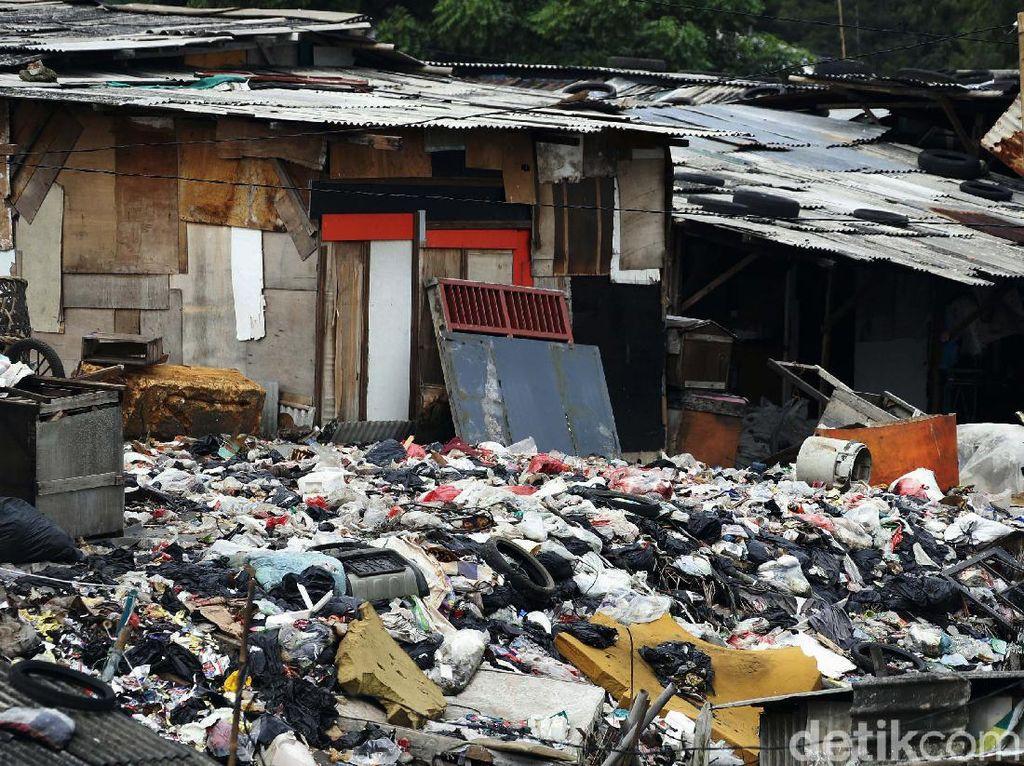 Terkendala Cuaca, Alat Berat Tunda Angkut Sampah Selapangan Bola di Bekasi