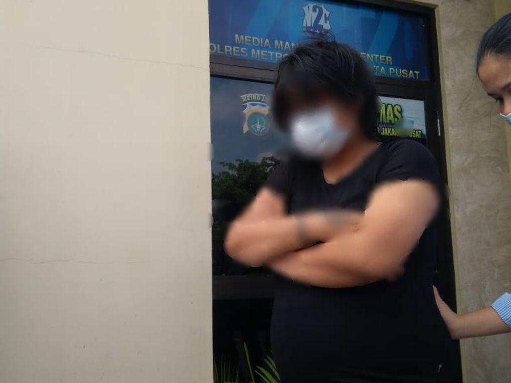 Polisi: Perempuan Pelaku Mesum di Halte Senen Hamil 35 Minggu