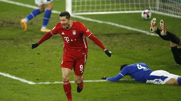GELSENKIRCHEN, GERMANY - JANUARY 24: Robert Lewandowski celebrates after scoring their sides second goal  during the Bundesliga match between FC Schalke 04 and FC Bayern Muenchen at Veltins-Arena on January 24, 2021 in Gelsenkirchen, Germany. Sporting stadiums around Germany remain under strict restrictions due to the Coronavirus Pandemic as Government social distancing laws prohibit fans inside venues resulting in games being played behind closed doors. (Photo by Leon Kuegeler - Pool/Getty Images)