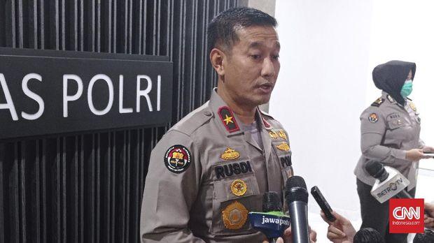 Kepala Biro Penerangan Masyarakat (Karopenmas) Polri Brigadir Jenderal Rusdi Hartono memberi keterangan kepada wartawan di Mabes Polri, Jakarta, Senin (25/1).