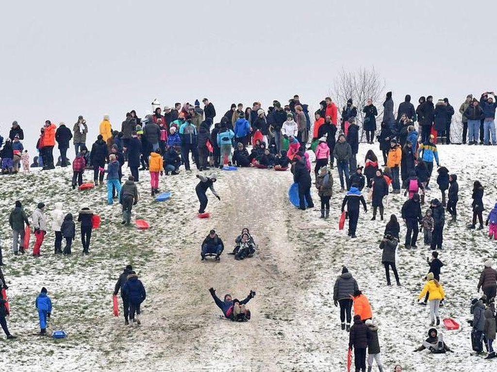 Warga Perang Bola Salju, Polisi Beri Denda Rp 3,8 Juta