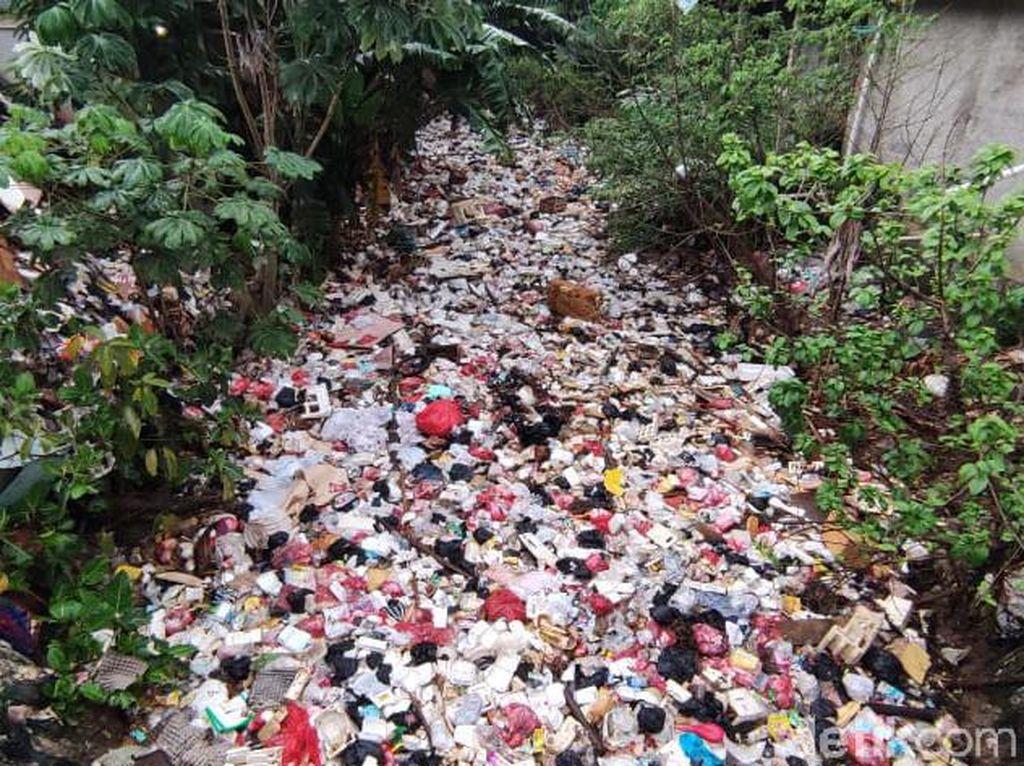 Kali Sampah Depok Dibersihkan Secara Manual, Petugas Butuh 1,5 Bulan
