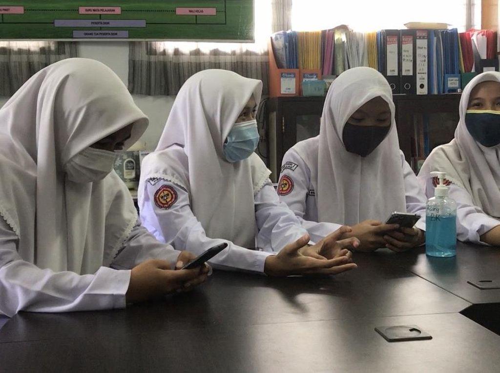 Siswi Nonmuslim di Padang Cerita Pilih Pakai Jilbab ke Sekolah Sejak SD