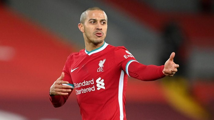 LIVERPOOL, ENGLAND - JANUARY 17: Thiago Alcantara of Liverpool gives their team instructions during the Premier League match between Liverpool and Manchester United at Anfield on January 17, 2021 in Liverpool, England. Sporting stadiums around England remain under strict restrictions due to the Coronavirus Pandemic as Government social distancing laws prohibit fans inside venues resulting in games being played behind closed doors. (Photo by Michael Regan/Getty Images)