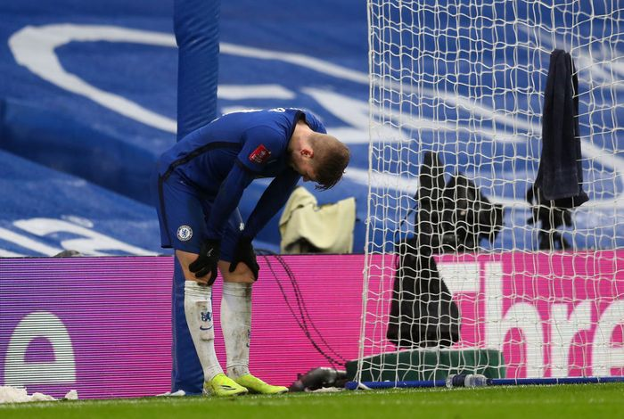 LONDON, ENGLAND - JANUARY 24: Timo Werner of Chelsea reacts after he misses a penalty during The Emirates FA Cup Fourth Round match between Chelsea and Luton Town at Stamford Bridge on January 24, 2021 in London, England. Sporting stadiums around the UK remain under strict restrictions due to the Coronavirus Pandemic as Government social distancing laws prohibit fans inside venues resulting in games being played behind closed doors. (Photo by Catherine Ivill/Getty Images)