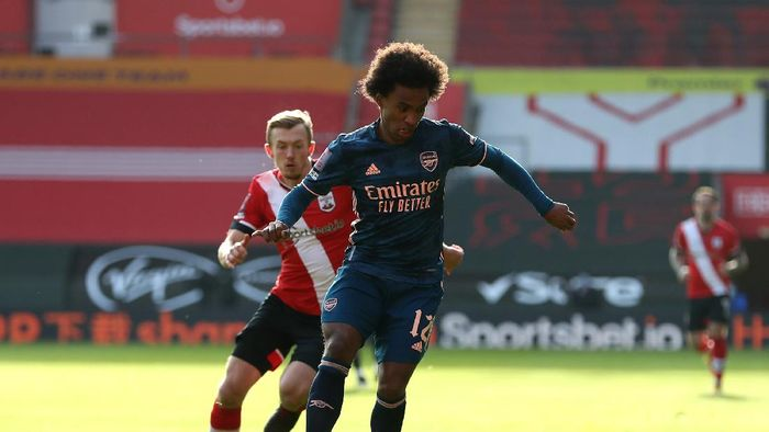 SOUTHAMPTON, ENGLAND - JANUARY 23: Willian of Arsenal is challenged by James Ward-Prowse of Southampton during The Emirates FA Cup Fourth Round match between Southampton FC and Arsenal FC on January 23, 2021 in Southampton, England. Sporting stadiums around the UK remain under strict restrictions due to the Coronavirus Pandemic as Government social distancing laws prohibit fans inside venues resulting in games being played behind closed doors. (Photo by Catherine Ivill/Getty Images)