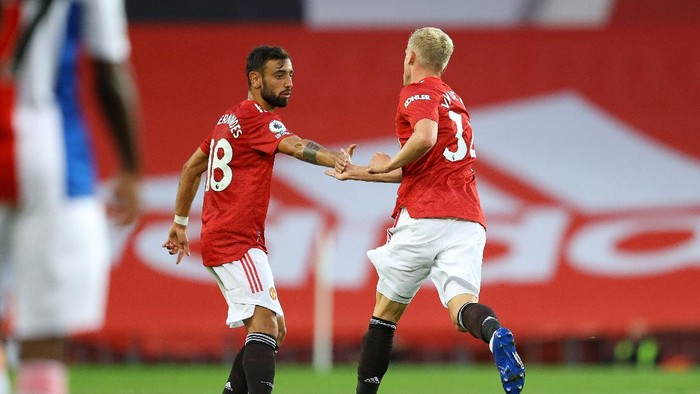 MANCHESTER, ENGLAND - SEPTEMBER 19: Donny Van De Beek of Manchester United celebrates with teammate Bruno Fernandes after scoring his teams first goal during the Premier League match between Manchester United and Crystal Palace at Old Trafford on September 19, 2020 in Manchester, England. (Photo by Richard Heathcote/Getty Images )