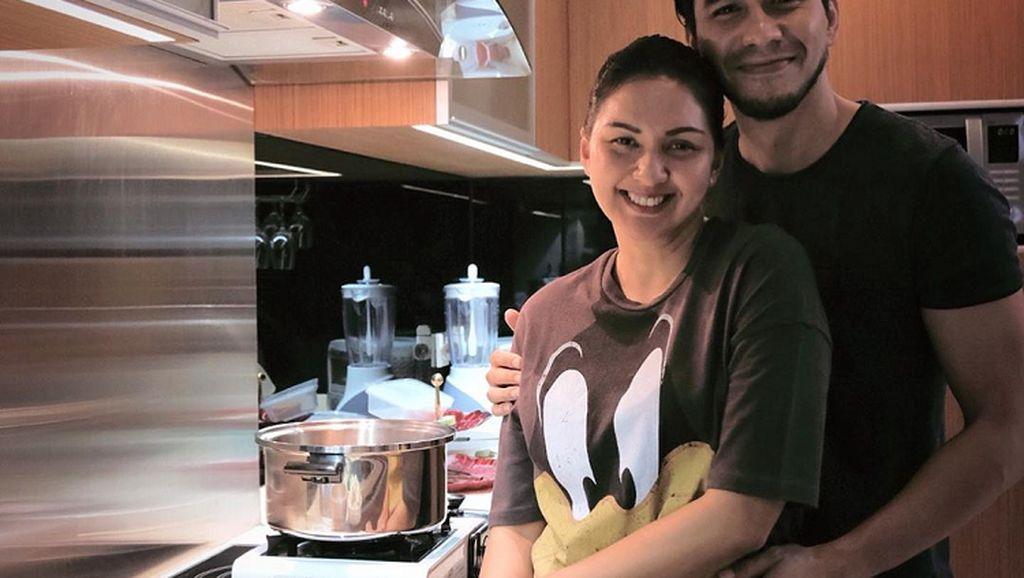 Mesranya Donna Agnesia dan Darius Sinathrya saat Masak Bersama