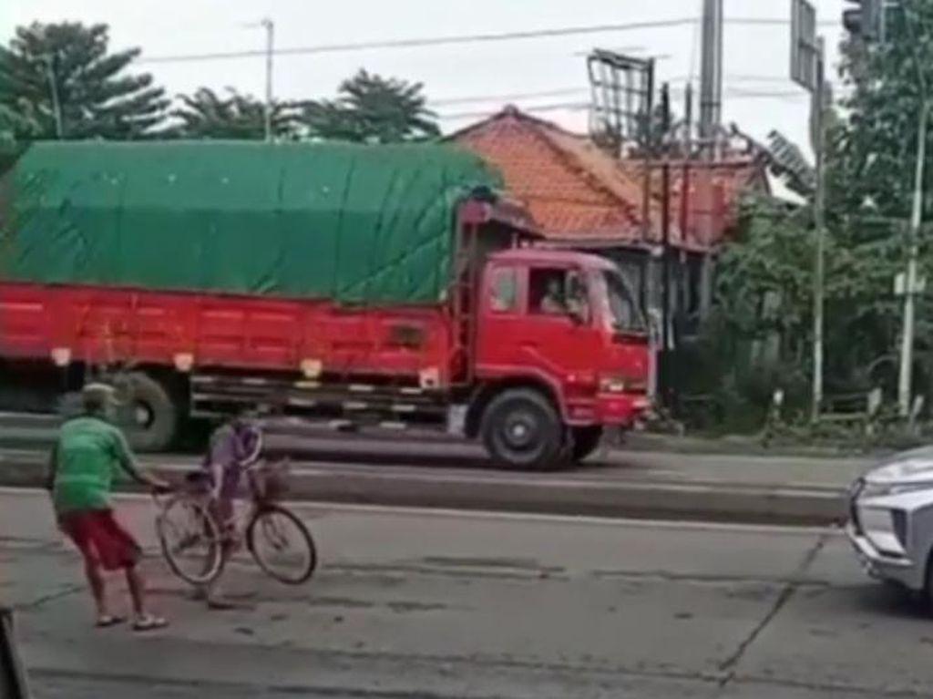 Emak-emak Pesepeda Hadang Mobil di Pantura, Polisi: Alami Gangguan Jiwa