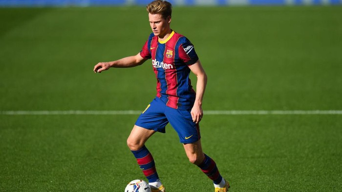 BARCELONA, SPAIN - NOVEMBER 29: Frenkie de Jong of FC Barcelona runs with the ball during the La Liga Santander match between FC Barcelona and C.A. Osasuna at Camp Nou on November 29, 2020 in Barcelona, Spain. (Photo by David Ramos/Getty Images)