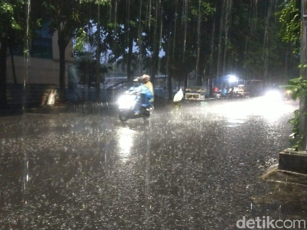 Surabaya Cenderung Cerah Berawan, 31 Kecamatan Diguyur Hujan di Sore Hari