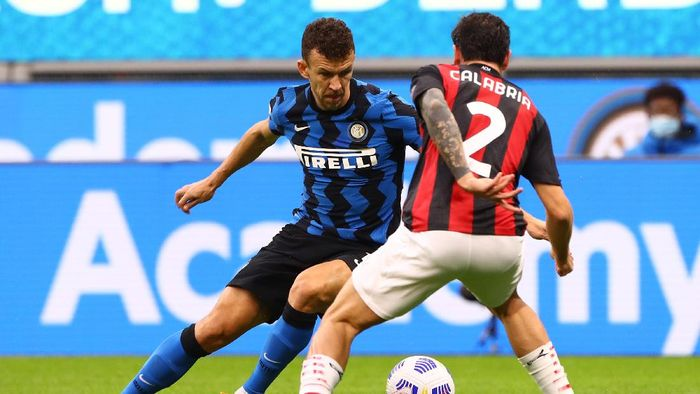 MILAN, ITALY - OCTOBER 17:  Ivan Perisic of Internazionale is challenged by Davide Calabria of AC Milan during the Serie A match between FC Internazionale and AC Milan at Stadio Giuseppe Meazza on October 17, 2020 in Milan, Italy.  (Photo by Marco Luzzani/Getty Images)