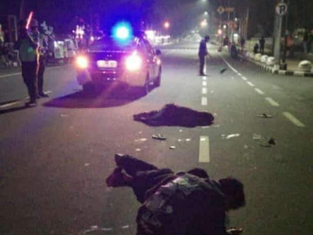 Pemuda Mabuk Tabrak Ambulans Berisi Jenazah COVID-19