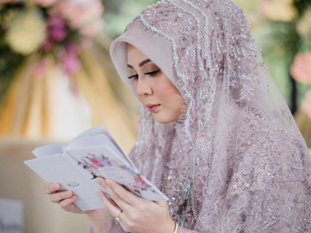 Momen Kesha Ratuliu dan Adhi Permana Resmi Menikah