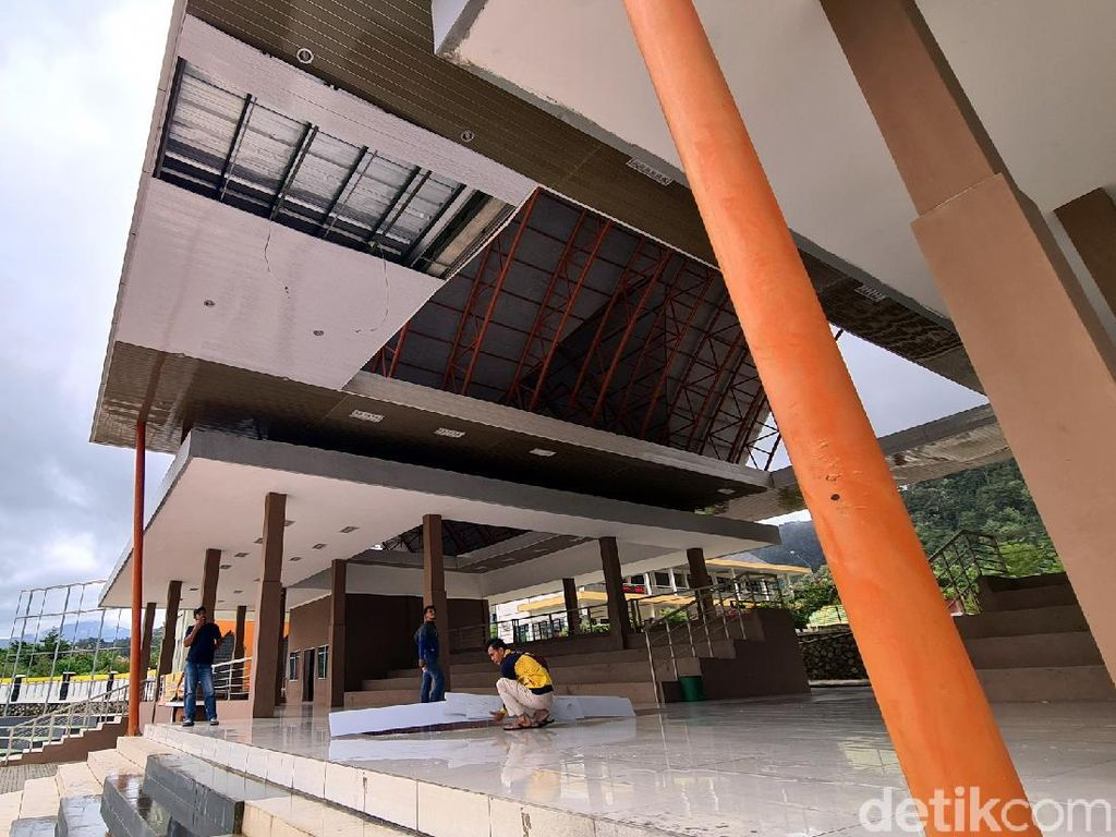 Baru Diperbaiki, Plafon Podium Lapang Cangehgar Sukabumi Ambruk