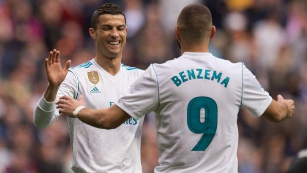 MADRID, SPAIN - DECEMBER 08:  Cristiano Ronaldo of Real Madrid celebrates with Karim Benzema after scoring Real's 6th goal during the UEFA Champions League Group A match between Real Madrid CF and Malmo FF at the Santiago Bernabeu stadium on December 8, 2015 in Madrid, Spain.  (Photo by Denis Doyle/Getty Images)