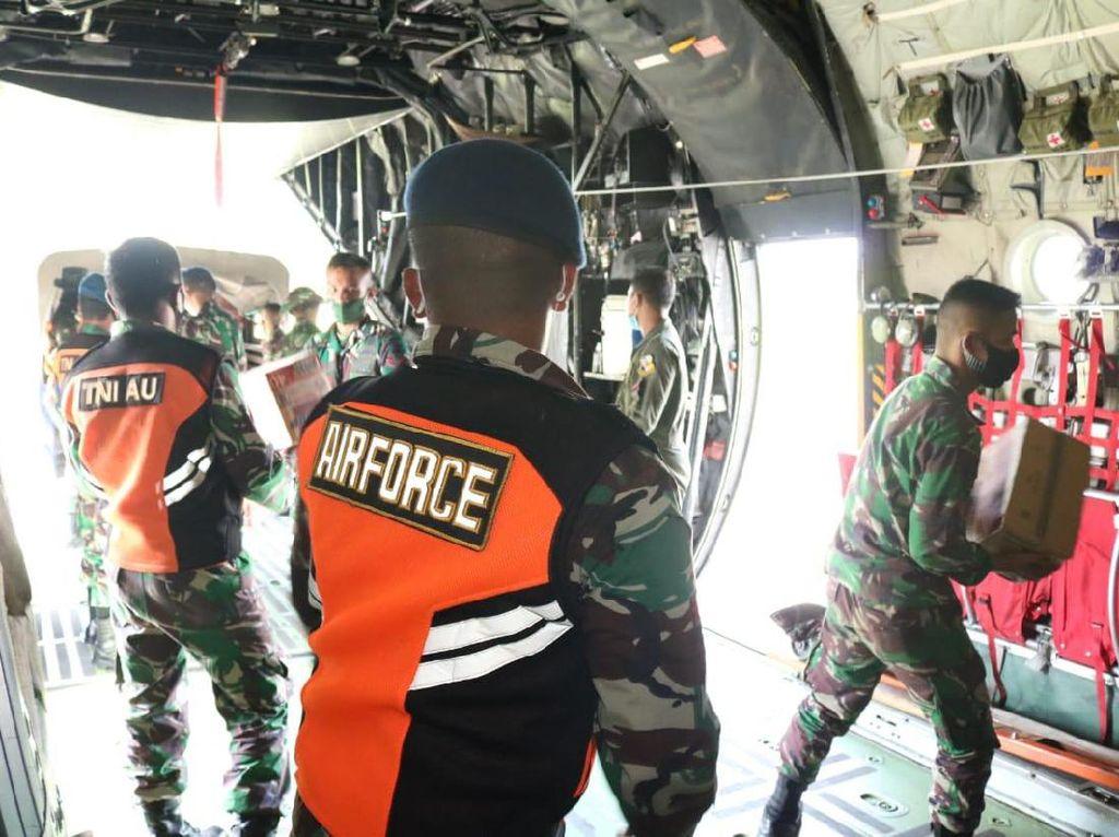 TNI AU Angkut 17 Ton Sembako-Tenda untuk Korban Gempa Sulbar-Banjir Kalsel