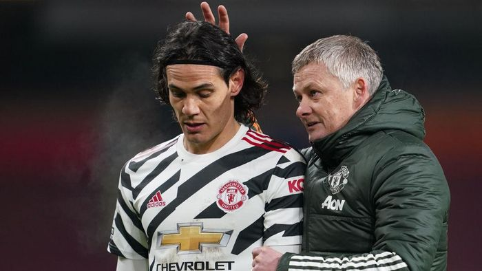 BURNLEY, ENGLAND - JANUARY 12: Ole Gunnar Solskjaer, Manager of Manchester United talks with Edinson Cavani of Manchester United during the Premier League match between Burnley and Manchester United at Turf Moor on January 12, 2021 in Burnley, England. Sporting stadiums around England remain under strict restrictions due to the Coronavirus Pandemic as Government social distancing laws prohibit fans inside venues resulting in games being played behind closed doors. (Photo by Jon Super - Pool/Getty Images)