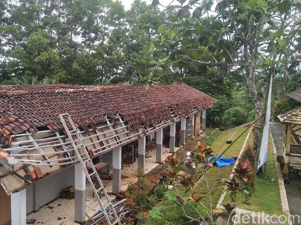 Diterjang Angin Kencang, Atap Bangunan SMA di Pandeglang Ambruk