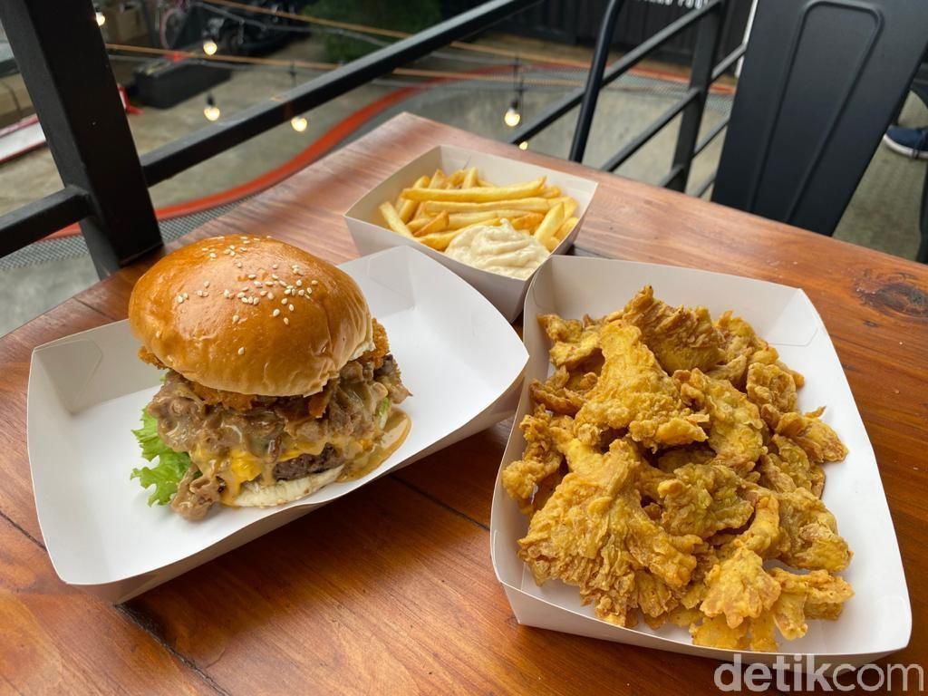 Mantul! Makan Burger Philly Cheese Stackr di Arena Skateboard