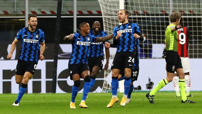 MILAN, ITALY - JANUARY 26: Christian Eriksen of FC Internazionale celebrates with team mate Ashley Young after scoring their teams second goal during the Coppa Italia match between FC Internazionale and AC Milan at Stadio Giuseppe Meazza on January 26, 2021 in Milan, Italy. Sporting stadiums around Italy remain under strict restrictions due to the Coronavirus Pandemic as Government social distancing laws prohibit fans inside venues resulting in games being played behind closed doors. (Photo by Marco Luzzani/Getty Images)