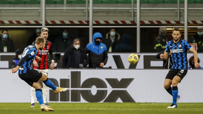 Inter Milans Christian Eriksen scores his team second goal during an Italian Cup round of 8 soccer match between Inter Milan and AC Milan at the San Siro stadium, in Milan, Italy, Tuesday, Jan. 26, 2021. (AP Photo/Antonio Calanni)