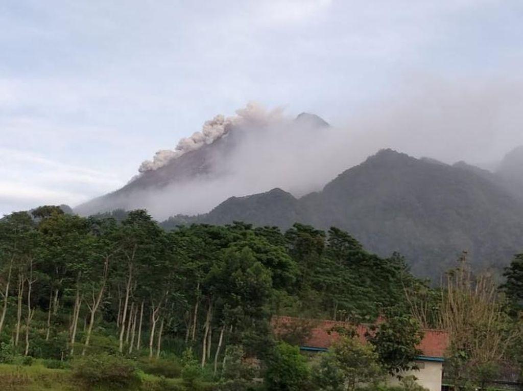 Hujan Abu Erupsi Guyur Desa KRB Gunung Merapi di Klaten