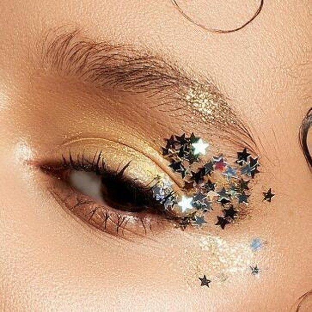 Menempatkan bintang di sudut luar mata memungkinkan keseimbangan antara semua tekstur.