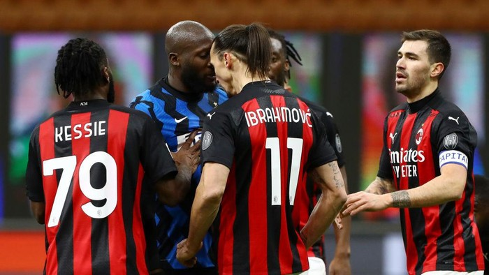 MILAN, ITALY - JANUARY 26: Romelu Lukaku of FC Internazionale clashes with Zlatan Ibrahimovic of AC Milan during the Coppa Italia match between FC Internazionale and AC Milan at Stadio Giuseppe Meazza on January 26, 2021 in Milan, Italy. Sporting stadiums around Italy remain under strict restrictions due to the Coronavirus Pandemic as Government social distancing laws prohibit fans inside venues resulting in games being played behind closed doors. (Photo by Marco Luzzani/Getty Images)