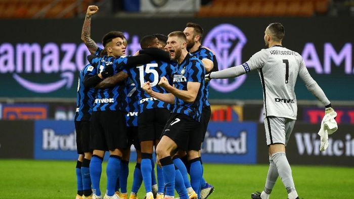 MILAN, ITALY - JANUARY 26: Milan Skriniar of FC Internazionale celebrates their sides second goal scored by Christian Eriksen of Internazionale (hidden) during the Coppa Italia match between FC Internazionale and AC Milan at Stadio Giuseppe Meazza on January 26, 2021 in Milan, Italy. Sporting stadiums around Italy remain under strict restrictions due to the Coronavirus Pandemic as Government social distancing laws prohibit fans inside venues resulting in games being played behind closed doors. (Photo by Marco Luzzani/Getty Images)