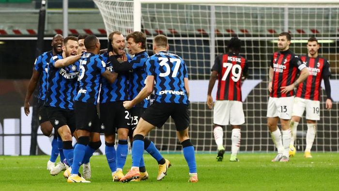 MILAN, ITALY - JANUARY 26: Christian Eriksen of FC Internazionale celebrates with team mates after scoring their teams second goal during the Coppa Italia match between FC Internazionale and AC Milan at Stadio Giuseppe Meazza on January 26, 2021 in Milan, Italy. Sporting stadiums around Italy remain under strict restrictions due to the Coronavirus Pandemic as Government social distancing laws prohibit fans inside venues resulting in games being played behind closed doors. (Photo by Marco Luzzani/Getty Images)