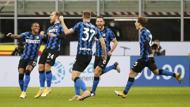 Inter Milan players celebrate their team second goal during an Italian Cup round of 8 soccer match between Inter Milan and AC Milan at the San Siro stadium, in Milan, Italy, Tuesday, Jan. 26, 2021. (AP Photo/Antonio Calanni)
