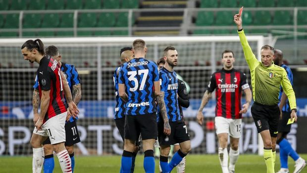 AC Milan's Zlatan Ibrahimovic, left, receives a red card during an Italian Cup round of 8 soccer match between Inter Milan and AC Milan at the San Siro stadium, in Milan, Italy, Tuesday, Jan. 26, 2021. (AP Photo/Antonio Calanni)
