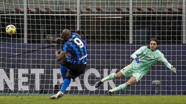 Inter Milan's Romelu Lukaku scores on a penalty shoot during an Italian Cup round of 8 soccer match between Inter Milan and AC Milan at the San Siro stadium, in Milan, Italy, Tuesday, Jan. 26, 2021. (AP Photo/Antonio Calanni)