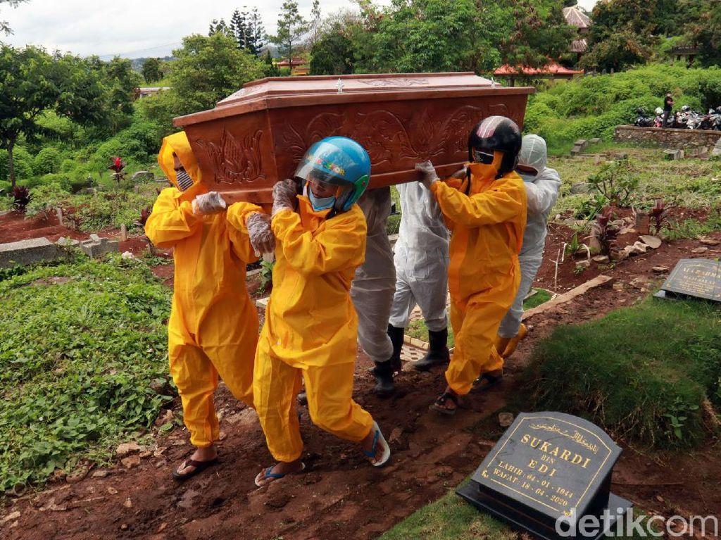 Tukang Pikul Jenazah COVID-19 Direkrut Pemkot Bandung