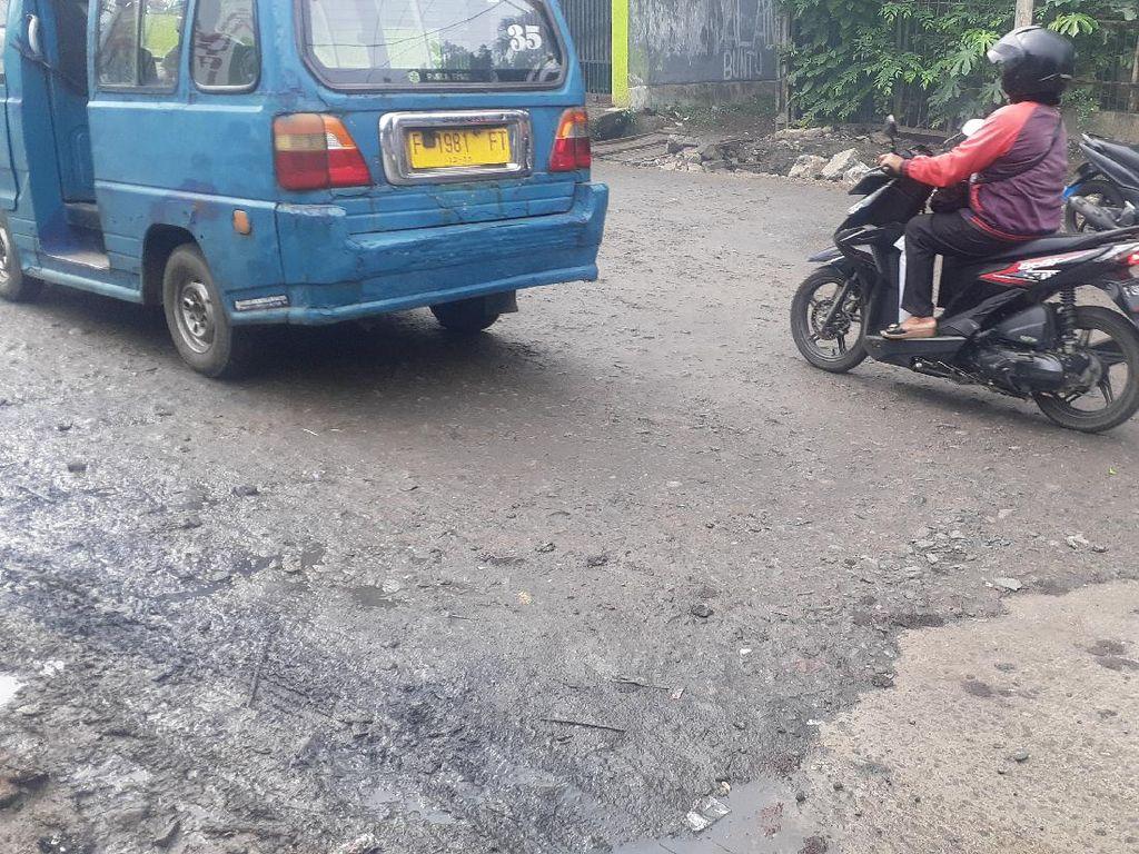 Tak Hanya Ditambal, Jl Cikaret Kabupaten Bogor yang Rusak Akan Dibeton