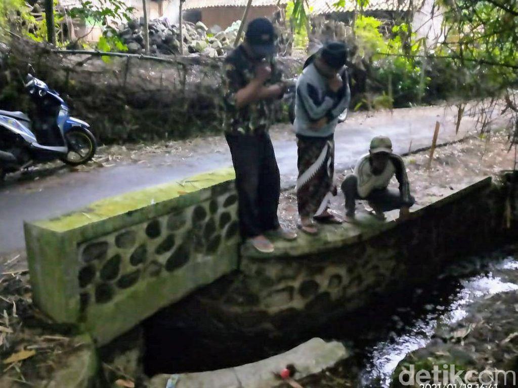 Polisi dan Dinas LH Bondowoso Ambil Sample Limbah Pabrik Sumpit
