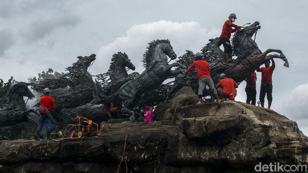 Melihat Perawatan Patung Kuda yang Ikonik di Ibu Kota