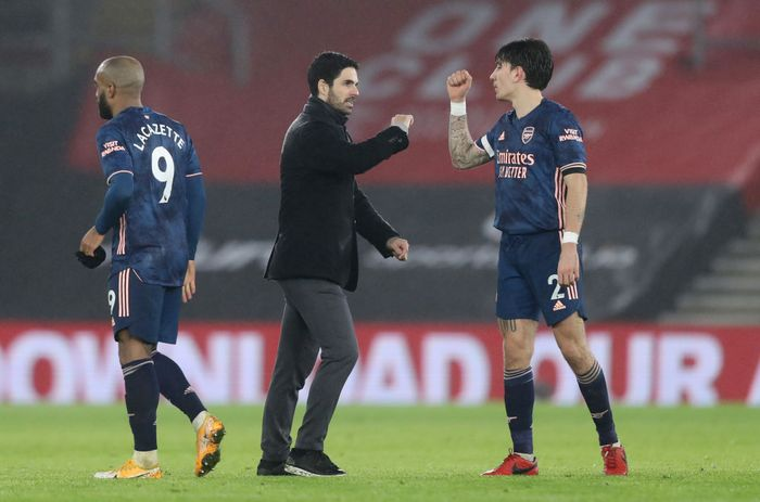 SOUTHAMPTON, ENGLAND - JANUARY 26: Mikel Arteta, Manager of Arsenal and Hector Bellerin of Arsenal interact after the Premier League match between Southampton and Arsenal at St Marys Stadium on January 26, 2021 in Southampton, England. Sporting stadiums around the UK remain under strict restrictions due to the Coronavirus Pandemic as Government social distancing laws prohibit fans inside venues resulting in games being played behind closed doors. (Photo by Naomi Baker/Getty Images)