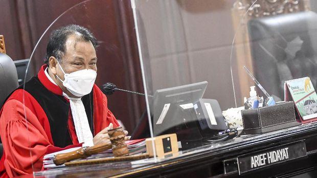 Hakim Konstitusi Arief Hidayat memimpin sidang panel III saat sidang Perselisihan Hasil Pemilihan Wali Kota Surabaya (Pilwali Surabaya) di Mahkamah Konstitusi, Jakarta, Selasa (26/1/2021). Mahkamah Konstitusi mulai menyidangkan Perselisihan Hasil Pilkada tahun 2020 dengan agenda pemeriksaan pendahuluan terhadap 35 perkara dari total 132 perkara yang terdaftar. ANTARA FOTO/M Risyal Hidayat/wsj.