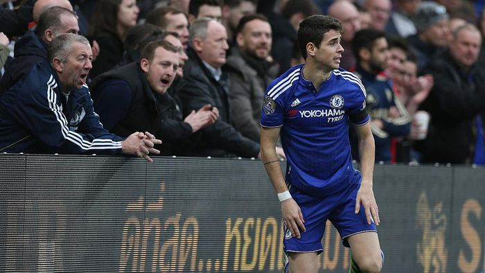 LONDON, ENGLAND - MARCH 19: Oscar of Chelsea during the Barclays Premier League match between Chelsea and West Ham at Stamford Bridge on March 19, 2016 in London, United Kingdom.  (Photo by Alex Morton/Getty Images)