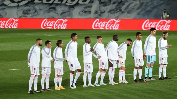 MADRID, SPAIN - DECEMBER 12: Players of Real Madrid line up prior to the La Liga Santander match between Real Madrid and Atletico de Madrid at Estadio Alfedo Di Stefano on December 12, 2020 in Madrid, Spain. Sporting stadiums around Spain remain under strict restrictions due to the Coronavirus Pandemic as Government social distancing laws prohibit fans inside venues resulting in games being played behind closed doors. (Photo by Angel Martinez/Getty Images)