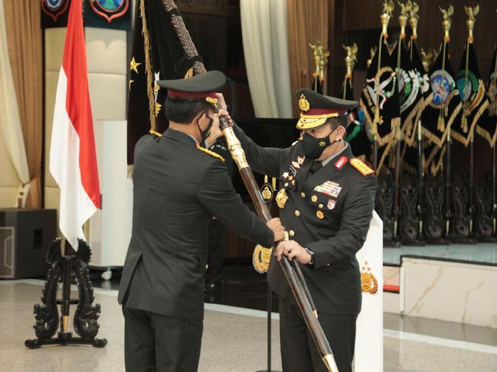 Jenderal Idham Azis Serahkan Panji Tribrata ke Kapolri Jenderal Listyo Sigit