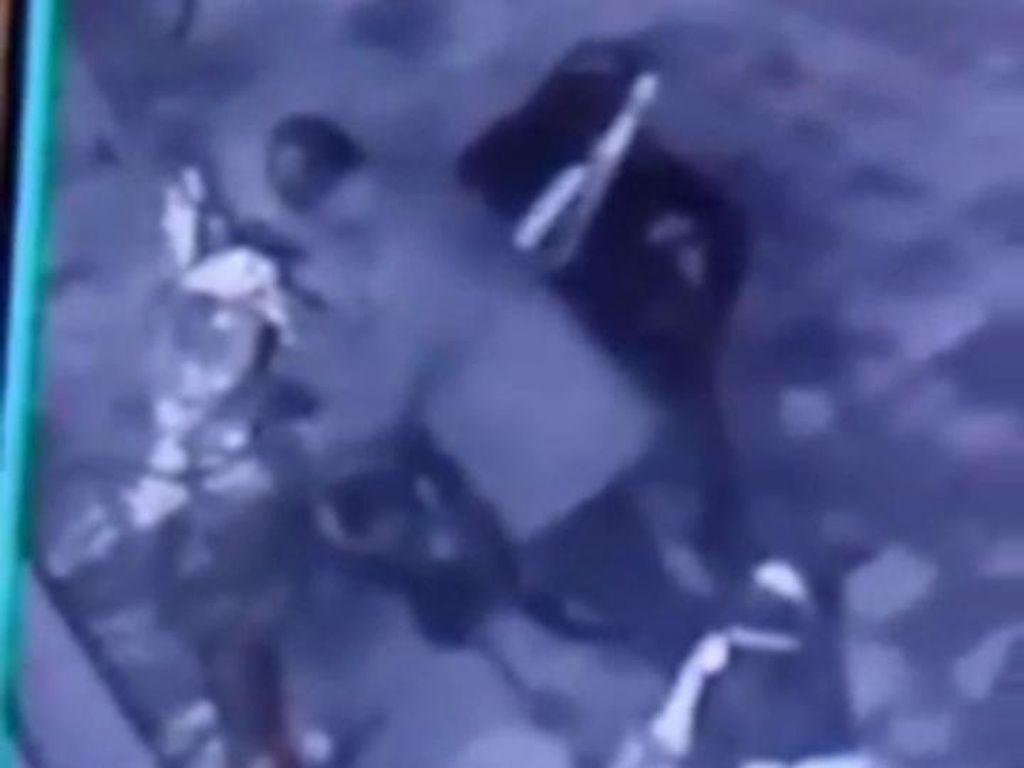 Maling Sepeda Beraksi di Masjid Kudus dan Terekam CCTV