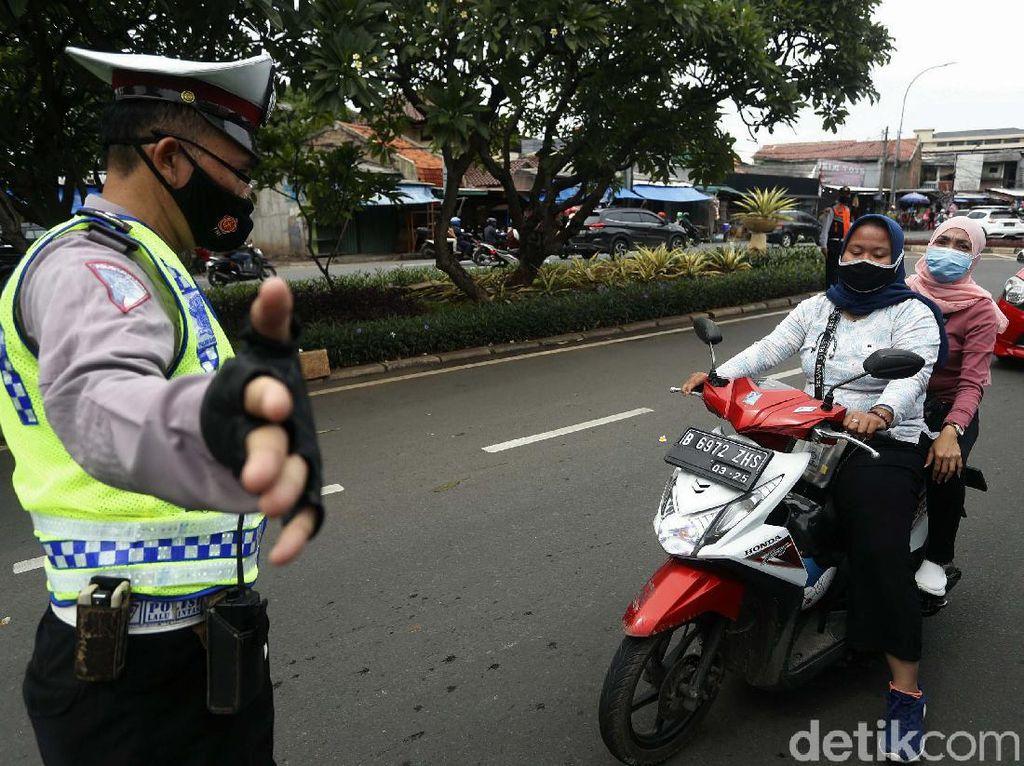 Tidak Pakai Helm, Para Pemotor Ini Ditilang