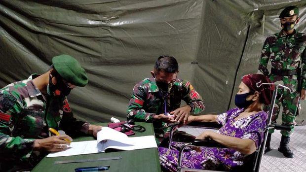 Korban gempa Mamuju sedang diperiksa di RS Lapangan.