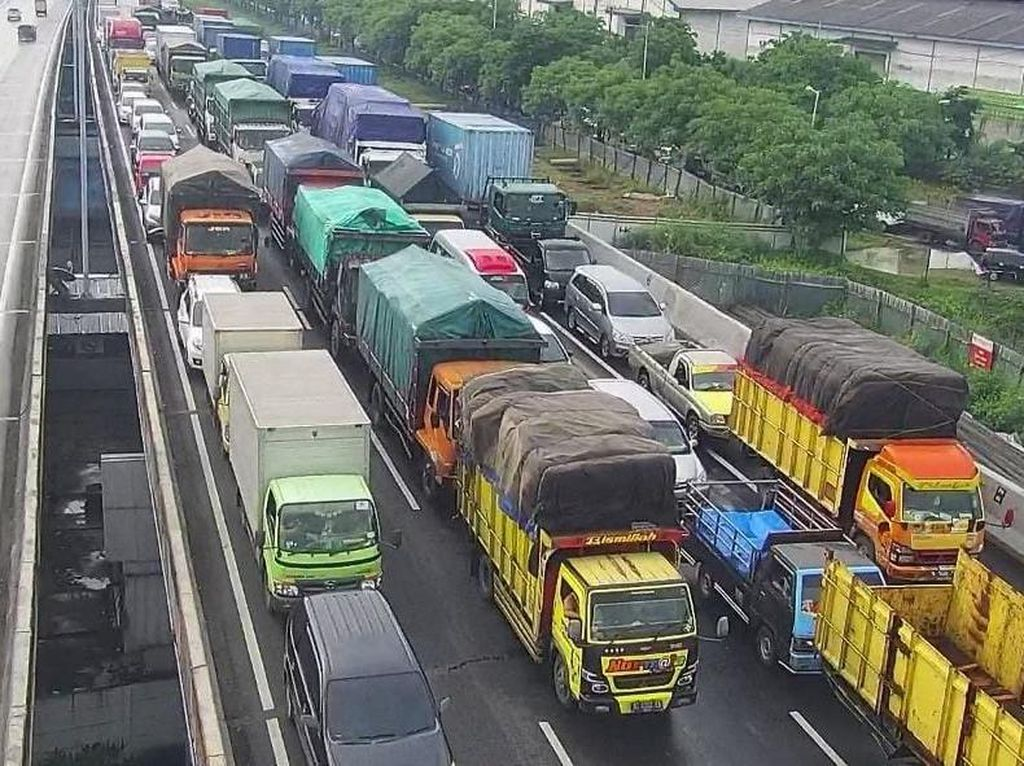 Keluhan Pengguna Jalan Terjebak Macet Gegara Tol Surabaya-Gempol Longsor